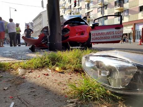 Az oszlopnak ütközött vérszállító kocsi (forrás: jozsefvaros.hu)