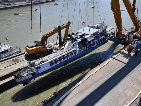 Uszályra rakták a hajóroncsot (fotó: Mónus Márton - MTI)