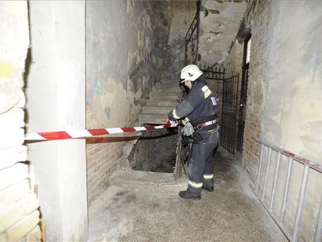 Egészen a pincéig beszakadt a lépcső (fotó: Mihádák Zoltán - MTI)