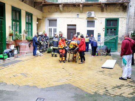 Speciális hordágyon vitték el a sérültet (fotó: Mihádák Zoltán - MTI)